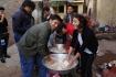 College-Studenten, die wie wir beim Gemüse schneiden und kochen helfen...