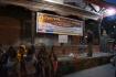 Curry without worry gibt's jeden Dienstag - das Essen wird auf dem Durbar Square geschöpft...