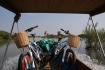 Alle 4 im selben Boot, die Fracht im schmalen Longtailboat gut ausbalanciert!