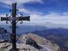 Das Gipfelkreuz und Sicht zum wolkenverdeckten Genfersee (Südwest-, oder Unterwallis)
