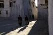 Zwei Frauen pilgern frühmorgens zum heiligen Ort, um ihre Verehrung gegenüber dem Glauben zu manifestieren.