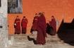 Junge Mönche vor der Maitreya-Kapelle