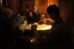 Bereits verflüssigte Yak-Butter wird als Nahrung für die Kerzen geopfert.