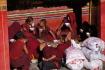 Junge Mönche beim Essen - nicht wie in anderen buddhistischen Ländern ist man in Tibet lebenslang ein Mönch ohne Möglichkeit, in ein Leben als