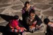 Tibetische Familie, die in der Winterzeit von weit her angereist ist, um die buddhistischen Stätte zu besuchen.
