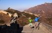 Freudensprung auf der chinesischen Mauer - vielleicht lags an den lang ersehnten Sonnenstrahlen nach tagelanger Eiseskälte unter einer dichten Nebeldecke in der Stadt