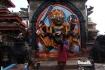 Nepali beten bei der Hindu-Statue, bevor sie sich die rote Pulverfarbe auf die Stirn auftragen, das Tika!