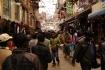 In den Gassen von Kathmandu drängen sich die Läden nebeneinander, von morgens früh bis abends spät sind die Gassen dicht bevölkert!