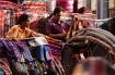 Farbenprächtige und wunderschöne Stoffe werden überall in Kathmandu verkauft...