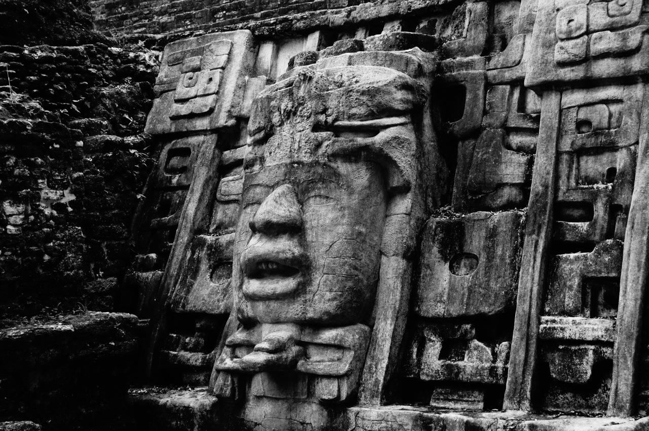die Masken wurden restauriert bzw. die alten Steinmasken unter den neuen konserviert. Die Skulpturen wurden aus Kalkstein gehauen, was sehr anfällig auf Erosion ist.
