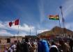 ..an der Grenze warten zuerst eine geschlagene Stunde zur Emigration danach sicher nochmals eine Stunde für die Einreise (die Peruaner waren zwar speditiv, aber das hilft nichts wenn die Bolivianer(Innen) den Halt für Mittagsverpflegung sehen)