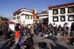 Platz vor dem Jokhang-Tempel und die Hauptwand des Tempels selbst