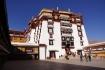 Der obere östliche Aussenhof des Potala-Palasts, bereits haben wir 125 Treppenstufen überwunden. Hoch über Lhasa befinden wir uns in der nächsten Umgebung eines der mystischten Orten ganz Tibets... Der Potala soll rund 1000 Zimmer besitzen. Im roten Teil - im religiösen Herzstück des Potala - sind die Räume unwahrscheinlich miteinander verwinkelt. Der religiöse Durchgang ist hinsichtlich die Orientierung höchst irreführend...