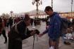 Einem Pilger gefällt die neu erworbene Gebetsmühle von Räphu sehr und fragt wohl gerade, ob er sich nicht haben könne!