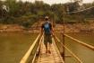 Bambusbrücke über den Fluss Nam Khan - dieses Konstrukt hält der Strömung nur in der Trockenzeit stand! Räphu beim Test...