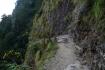 Pfad in den vertikalen Felsen eingekerbt.