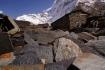 ein Haufen voller Mani-Steine - im Hintergrund die Überreste des Samdo-Gletschers