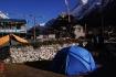 unser Zelt im Innenhof des Teahouses - die glitzernde Eisschicht in der Morgensonne bereits geschmolzen.