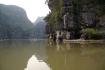 Tam Coc - Gebiet der Kalksteinfelsen in der trockenen Halong Bucht, auf dem Ngo Dong Fluss unterwegs...