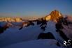 Die dunkle Felswand des Finsteraarhorns wird beleuchtet...