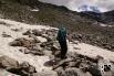 steiler Aufstieg über Steinplatten, Felsbrocken und Schneefelder
