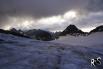 Trotz anhaltendem Nebel am Oberalbstock ab 3000m. ü. M. wagen wir es und steigen stetig dem Gletscher empor. Das Rund-um-Wetter scheint sich etwas aufzuhellen.