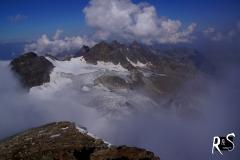 Erst auf dem Gipfel lichtet sich die Sicht ab und zu. Sicht auf den Ochsentaler Gletscher, Signalhorn und in der Mitte auf das Silvrettahorn.