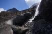 Bereits wieder unten, nach dem Ausstieg aus dem Ochsentaler Gletscher: Ein Fallbach entwässert den rechten Teil des Gletschers.