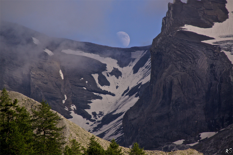Mondaufgang über dem Zackengrat