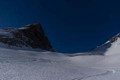 Im Aufstieg zum Pass zwischen Schwarzhorn und Wildgärst (namens Wart). Unterhalb des Schwarzhorns besteht noch ein ganz kleines Gletscherchen (Blau Gletscherli).