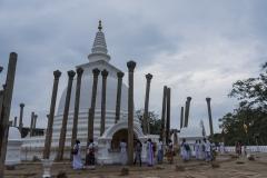 Pilger in Thuparamaya Daboga in Anuradhapura