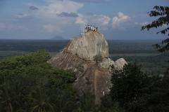 Pilger klettern andächtig und vorsichtig auf den Meditationsfelsen