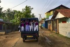 muslimische Jungen im Dorf von Karaitivu auf ihrem Schulweg
