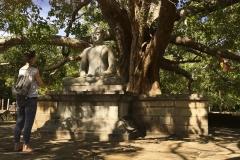 ein inniger Moment an einer Buddha-Statue