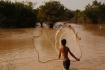 Fischerjunge beim Auswerfen des Netzes