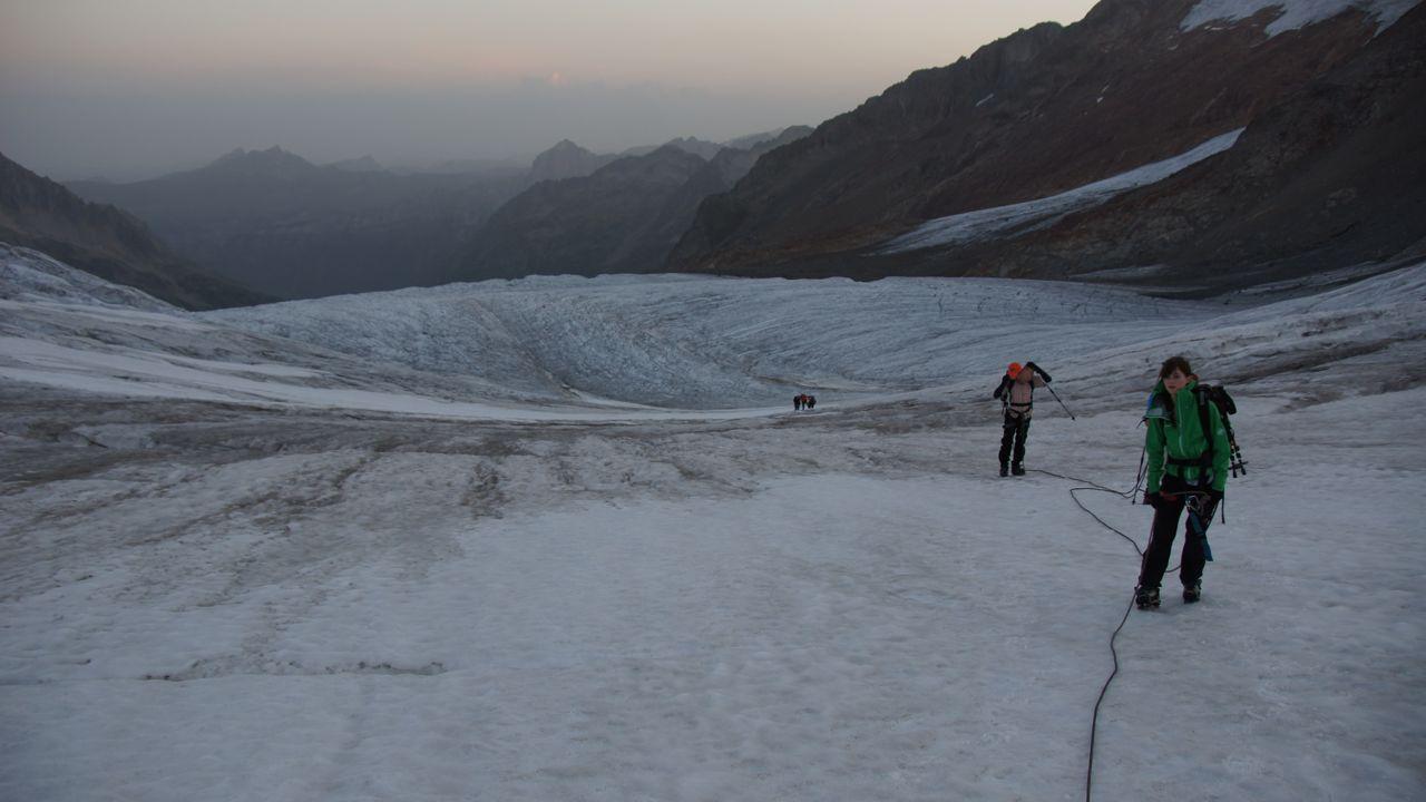 Schon weit fortgeschritten - Sicht zurück auf den spaltigen Triftgletscher