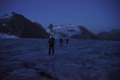 Ca. um 04.00 Uhr liefen wir in stockdunkler Finsterniss ab - es dauert eine gute Stunde, bis man auf den Gletscher tritt (onkl. Anseilen und Steigeisen montieren)..