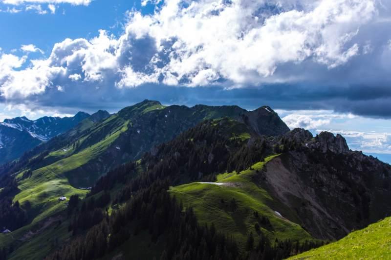 Blick Richtung westlichen Teil der Stockhornkette mit Chatz u Mus, Möntschelespitz bis hin zum Gantrisch
