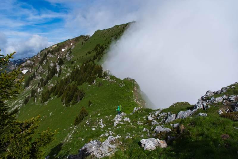 Steiler Aufstieg zum Möntschelespitz und die Wolken zieht es die Nordhänge der Stockhornkette hoch