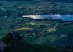 Wunderbare Beleuchtung am Amsoldingersee, Höfen im ersten Morgenlicht und davor die Alp Vorderes Älplital