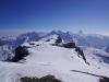 Entlang des Gipfelmassivs des Wildstrubel (einer der drei Gipfel im Rücken) / Sicht zum Grossstrubel und damit unserem weiteren Wegverlauf