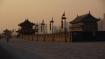 Die 12 m hohe Mauer wurde 1370 während der Ming-Dynastie gebaut. Sie ist umgeben von einem trockenen Festungsgraben und bildet ein Rechteck mit einem Umfang von 14 km.