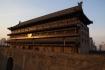 Das bewundernswerte und überaus riesige Gebäude auf der Stadtmauer Xi'an's. Das Gebäude ist heute ein Museum über die Mauer.