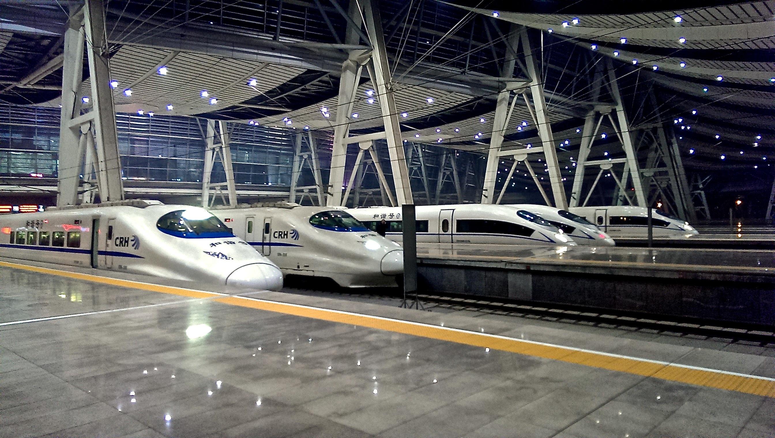 Hochgeschwindigkeitszüge im Beijing Südbahnhof (Běijīng Nán Zhàn)