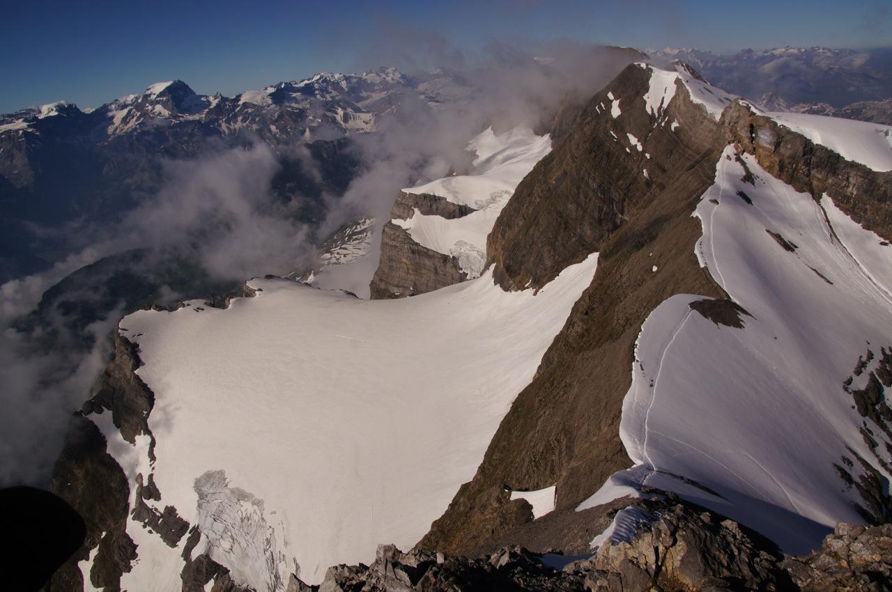 Der Schwandergrat ist das eindeutige Merkmal des Glärnischmassivs. Punkt 2860 ist der abzukletternde Fels am Grat und im Hintergrund auf dem Fortlauf des Grats ist der Bächistock zu sehen. Rechts davon auf der anderen Gratscheitel ist der Ruchen (hier nicht sichtbar). Im Hintergrund sieht man den höchsten Glarner, der Tödi.