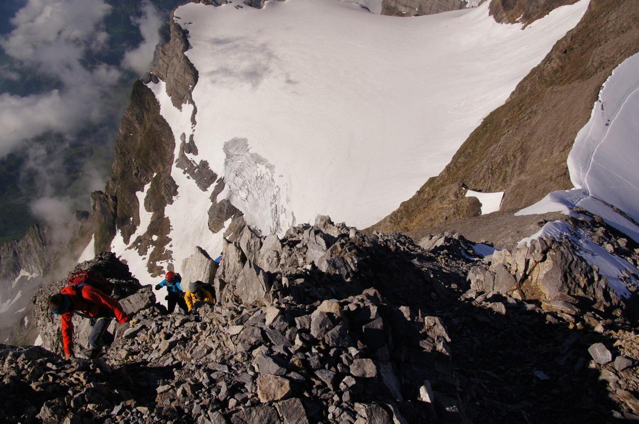 Spektakulärer Abstieg. Die ersten paar Meter geht es fast entlang des Gupengrats, man dreht dan aber frühzeitig auf den Schwandergrat. Die aufsteigende Seilschaft ist eine Bergführerseilschaft und erreicht den Gipfel in wenigen Minuten.
