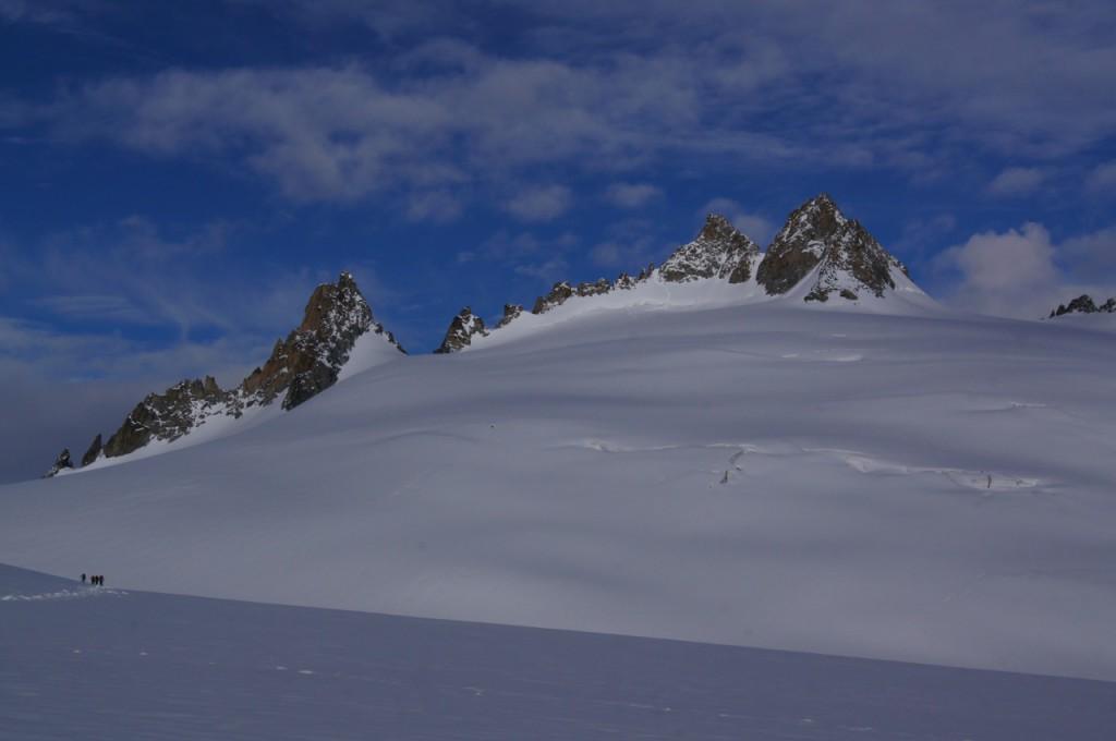 Im Zoom ist besser ersichtlich dass Süd- (unser Ziel) und Nordgipfel in etwa gleich hoch sind. Wir haben uns entschieden hier noch leicht nach Westsüden zu schreiten, damit wir nicht parallel in die sich unter em Schnee befindende Spaltenzone gelangen. Auf der Höhe der Aiguille Purtscheller sind wir dann direkt in Richtung des 1. Gendarmes des Südgrates der Aiguilles du Tour hochgestiegen. Eines meiner Meinung nach heute sehr gutes Hilfsmittel für die Tourenplanung auf Eis ist google maps.