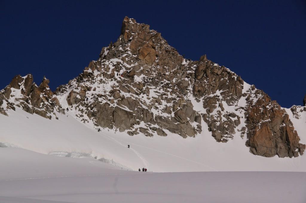 Bald sind wir am - im Spätsommer teilweise - heiklen Gletscherschrund unterhalb des Südgipfels. Unsere Aufstiegsroute wird etwas schwieriger sein als die Normalroute, die vor dem Erreichen des Südgrats in der Ostwand (die hier ersichtlich ist) unterhalb des Gipfels in den Nordgrat und dann in wenigen Metern zum Gipfel führt. Wir verfolgen die direkte Besteigung auf dem Südgrat bis zum Gipfel und den Abstieg entweder über den Nordgrat oder wie die Normalroute über die Ostwand.