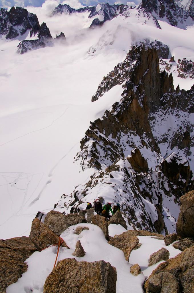 Rechts (im Westen) kann man luftig in die Südwestwand der Aiguille du Tour schauen.