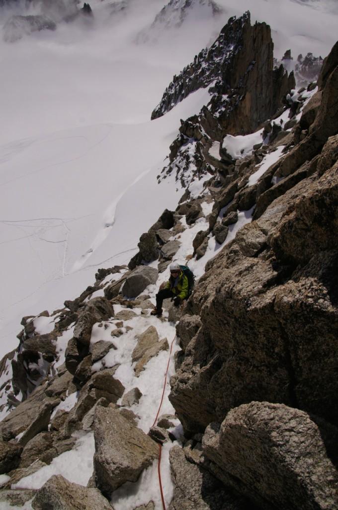 Abstieg über die Normalroute in der Ostwand. Nach dem Südgrat vergleichsweise einfacher. Am kurzen Seil ist aber der Abstieg gut rein mit dem Seil zu sichern. Es lohnt sich meiner Meinung nach etwas mehr als 5m Seil frei zu haben.